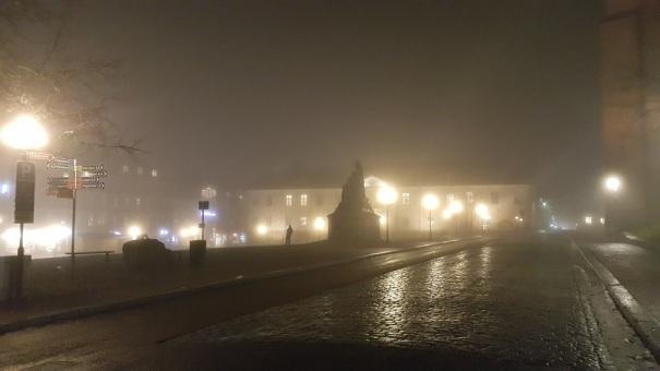 Wie dieser Marktplatz, so liegt vieles in Schweden scheinbar im Dunkeln und im Nebel