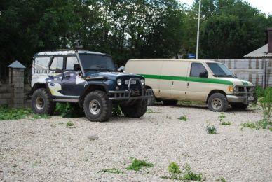 Ein geiles Auto (UAZ im Vordergrund)
