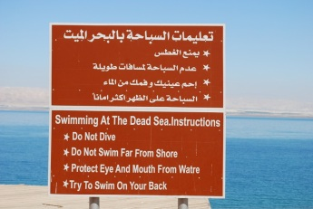 Nicht ganz ungefährliches Baden im Toten Meer
