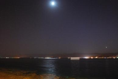 Vollmondnacht am Roten Meer, die Berge des Sinai im Hintergrund