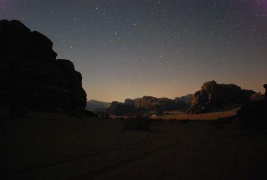 Wüste, Sterne und Mondschein