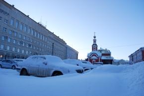 Alte und kommunistische Gebäude nebeneinander
