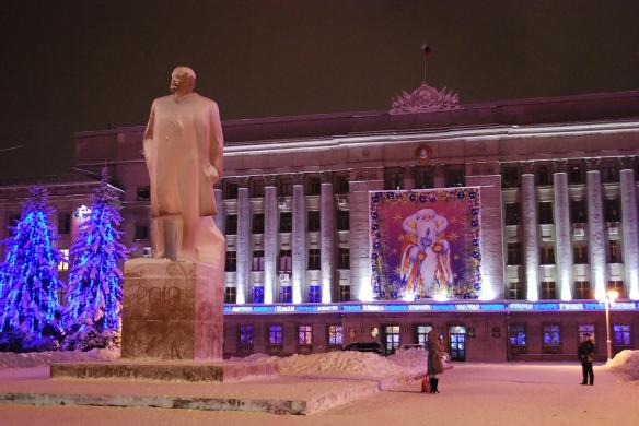"""Lenin in dahinter """"Ded Moros"""" (Väterchen Frost, Weihnachtsmann)"""