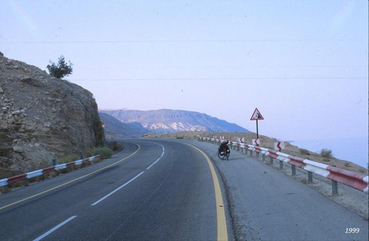 Kaum Infrastruktur: 1999 mit dem Fahrrad. Kein Dorf, kein Restaurant, keine Tanke. Ehemaliges Sperr- und Grenzgebiet eben.