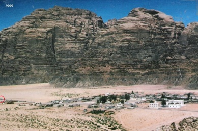 Das Dorf Rum und die riesigen Felsen! Im kleinen roten Kreis links am Bildrand ein Reisebus!